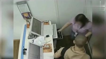 监控实拍:一对男女正在加班, 监控拍下无耻的一幕