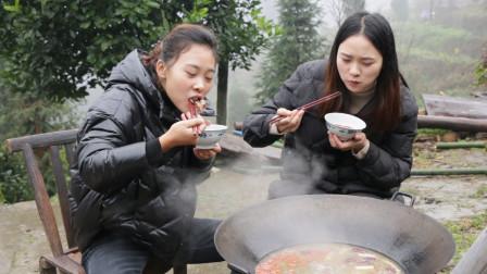 秋妹今天和姐姐涮羊肉,12盒羊肉秋妹还抢着吃,大口吃肉太过瘾了