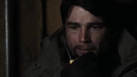 《三十极夜》:美女躲在汽车废墟下与男子通话,街上满是吸血鬼,不得不切断通话
