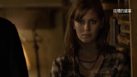 《三十极夜》:吸血鬼被人类用紫外线灯拷问他,痛苦不已,但他都不会她的