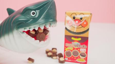 鲨鱼爸爸零食大赏 鲨鱼爸爸品尝面包超人巧克力饼干