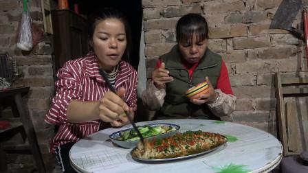 一把金针菇, 半根火腿肠, 一碟青菜,梅子和老妈的晚餐简单又美味