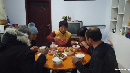 大妮去保定回家改善伙食,简单做四个菜,老公高兴得边吃边夸好