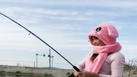 农村小姐姐来河里钓鱼,这打扮看上去太可爱了,真想陪她一起钓鱼!