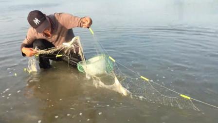 赶海大叔在海边随便放了两张渔网,捕获了几十斤鱼,解鱼解到手软
