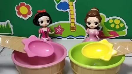 两位公主要吃冰激凌了,白雪的是葡萄味的,贝儿的是芒果味的