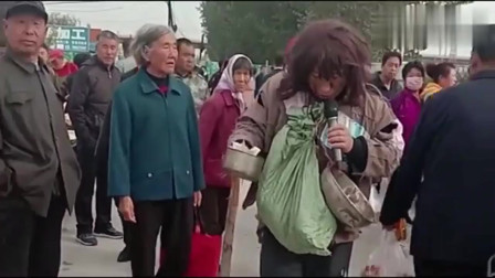 乞丐大街卖唱,一首苦情歌,让人听了感动!