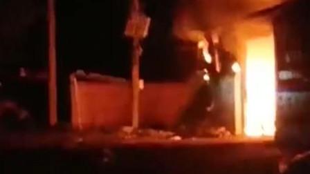 平度一处冷库突然着火,全村人帮忙救火,年过半百的老汉泪流满面