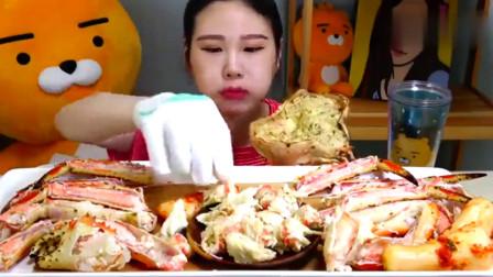 卡妹今天吃美味的螃蟹大餐,配上泡萝卜吃得美滋滋,真过瘾啊