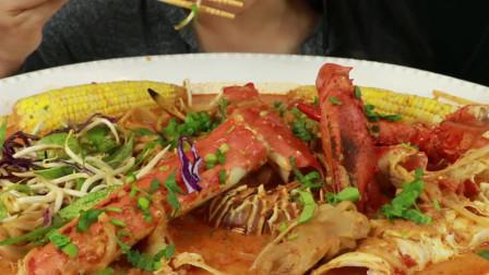 外国大妈酱炒海鲜,螃蟹腿和龙虾全都有,日子不是一般的好