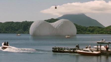 水面浮出一颗怪兽蛋,从里面孵出一只飞行怪兽,一部搞笑怪兽电影