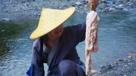 农村小伙深山秘制砂锅肥肠,出锅那一刻,别提多美味