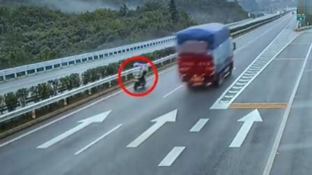 大妈作死骑电动车上高速寻找刺激,经过的无辜司机都惊出一身冷汗