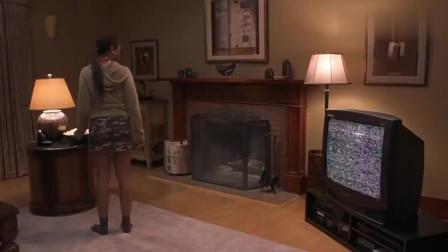 惊声尖笑电视机渗水,还爬出来一个女鬼,黑人少女吓呆了