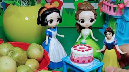 童话王国的白雪公主要给小雪儿买生日蛋糕,可是贝儿公主已经给小雪儿买了蛋糕,贝儿公主对小雪儿真好!