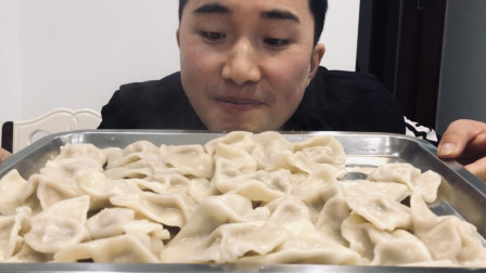 荣小弟今天做个白菜猪肉饺子,加点蒜,一口一个,吃了30个安逸