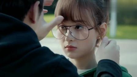 鲜肉老师:大锤太会撩了,一幅改良眼镜就把美女撩得脸红心跳!