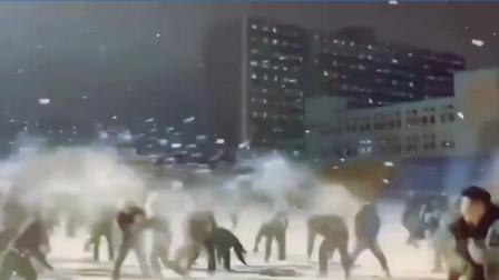 场面精彩壮观!内蒙学生团战打雪仗 全是敌人