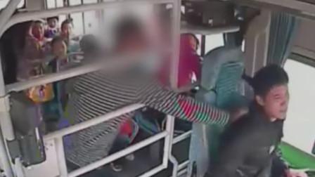 要求前门下车遭拒 男子行驶中踹车门殴打司机