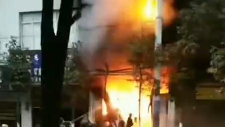 云南镇雄一店铺起火烧4层楼 挖掘机架天梯救人