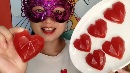 """小姐姐吃手工创意""""钻石爱心橡皮糖"""",鲜艳红心闪亮,酸甜有韧劲"""