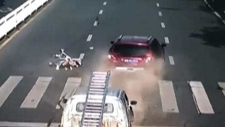 前车礼让行人遭后车追尾 女子和婴儿车被撞飞