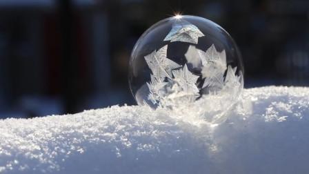 没想到冻住的泡泡这么美,老外在寒冷的户外实验,场面十分梦幻