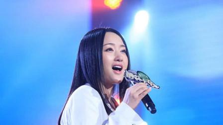 杨钰莹真是太牛了,深情演唱《弯弯的月亮》,简直太甜蜜