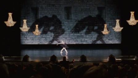 黑天鹅:妮娜终于蜕变成黑天鹅,所有人都为她的表演叫好,太精彩