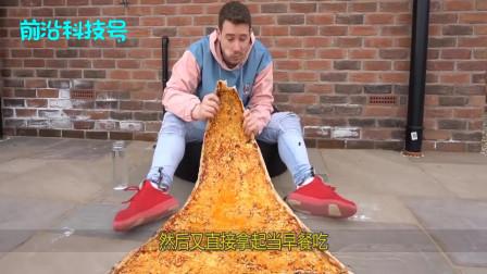 老外制作一张巨无霸披萨,大到当被子盖身上,饿了就张嘴吃一口!