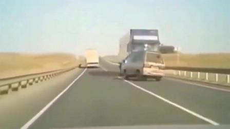 """一起""""灭门式""""车祸,面包车撞上大货车,监控拍下惊魂过程"""