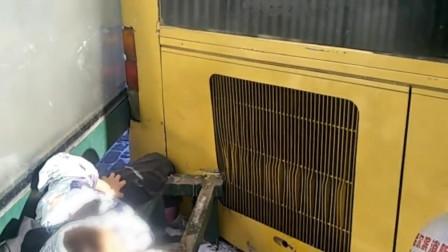公交车进站侧滑挤住候车女孩 消防员破拆救援
