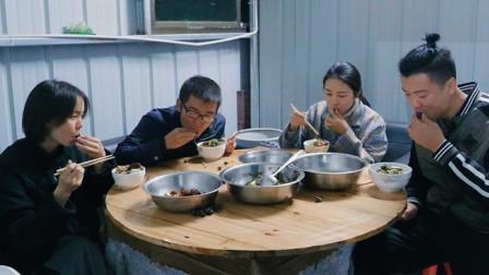 欢子团队比赛吃田螺,据说会吃这美食的接吻很厉害,你猜谁会赢