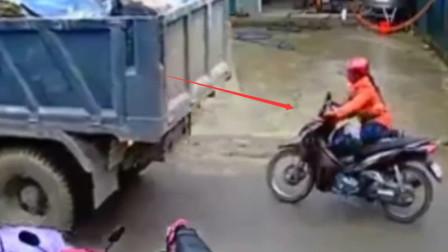 大货车倒车不看后方,眼看撞上摩托车,女司机神反应,跳车躲过一劫!
