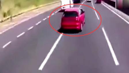 还横吗?女司机高速恶意别大货车挑衅,货车司机可不惯着,撞完一下又一下!