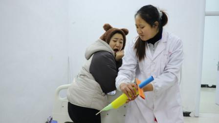 短剧:20岁大人为玩黏土装10岁小孩去打针,不料被医生看穿,真逗