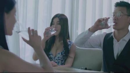 美女带男友见闺蜜,却不知他俩在桌下调情,真恶心