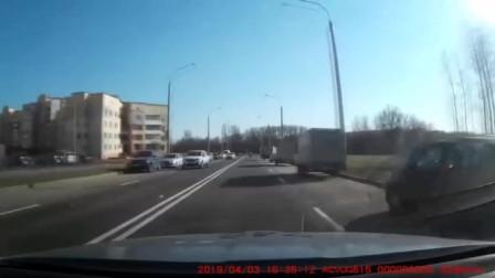 """摩托男子作死飙车被警车追捕,油门一响当场""""自行了断""""!"""