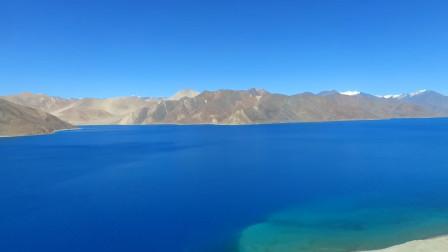 中印边境线的偏心湖泊,一半生机盎然,一半气沉沉