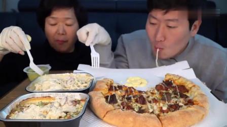吃播:韩国农村一家人,今天母子俩吃培根披萨配芝士拌面,馋哭了!