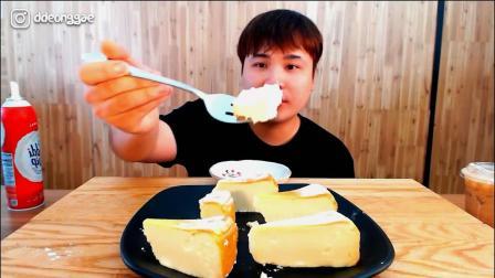 韩国大胃王胖哥,试吃老式蜂蜜奶油蛋糕,挤上奶油吃真香甜