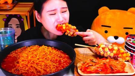 韩国大胃王卡妹,试吃麻辣通心粉和芝士热狗,看她吃感觉好香啊