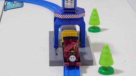 托马斯小火车过轨道桥,战战兢兢,怕撞到桥栋上