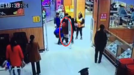出超市时警报器响起 6旬老太被迫当众脱裤以证清白