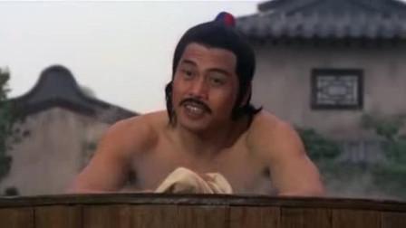 男子大白天当街洗澡,别人都以为他是傻子,不曾想他竟是一流杀手
