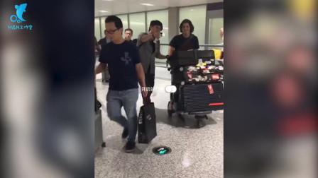 周华健父子现身机场关系好,还给粉丝介绍儿子,混血儿子越来越帅