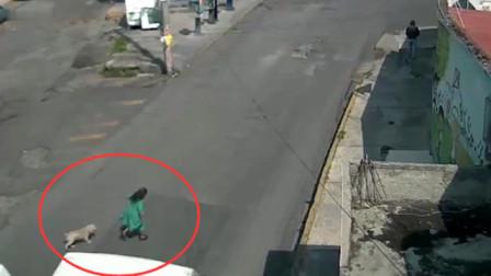 女子横穿马路毫无防备,要不是监控,都不知有多可怕