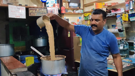 印度小店,来一杯当地奶茶,大叔的手法很熟练