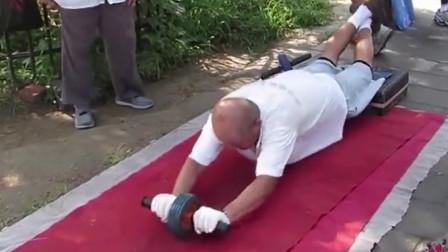 大爷大妈的硬核锻炼,现在公园健身的压力太大了吧!