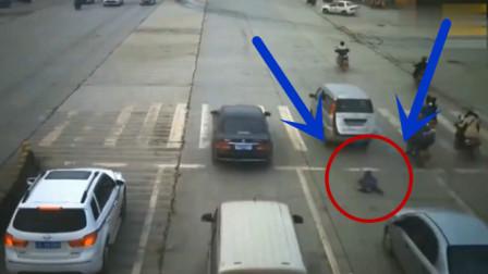 面包车突然掉出一个孩子,还好后车司机及时刹车,不然后果不堪设想